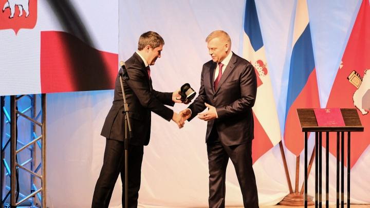 Дмитрий Махонин подарил Алексею Дёмкину очки виртуальной реальности