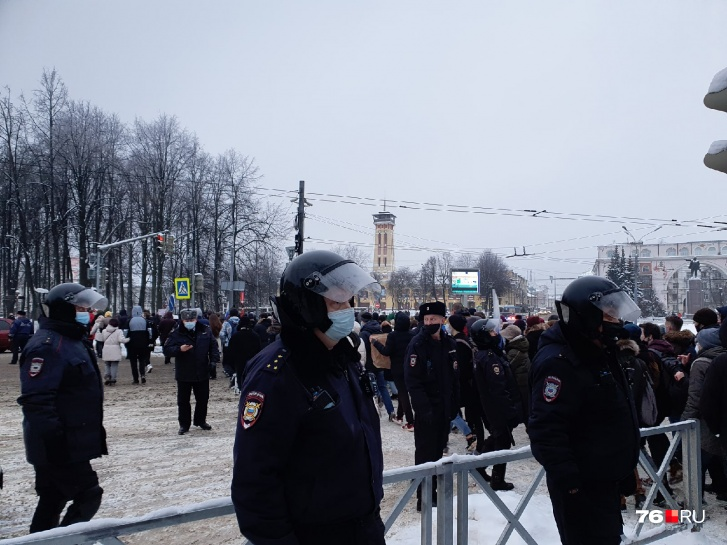 После акции часть протестующих двинулась на улицы города. Полиция тоже не дремала