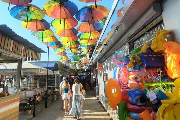 Зонтики этим летом — самый востребованный товар. Спасут от жары и от ливней