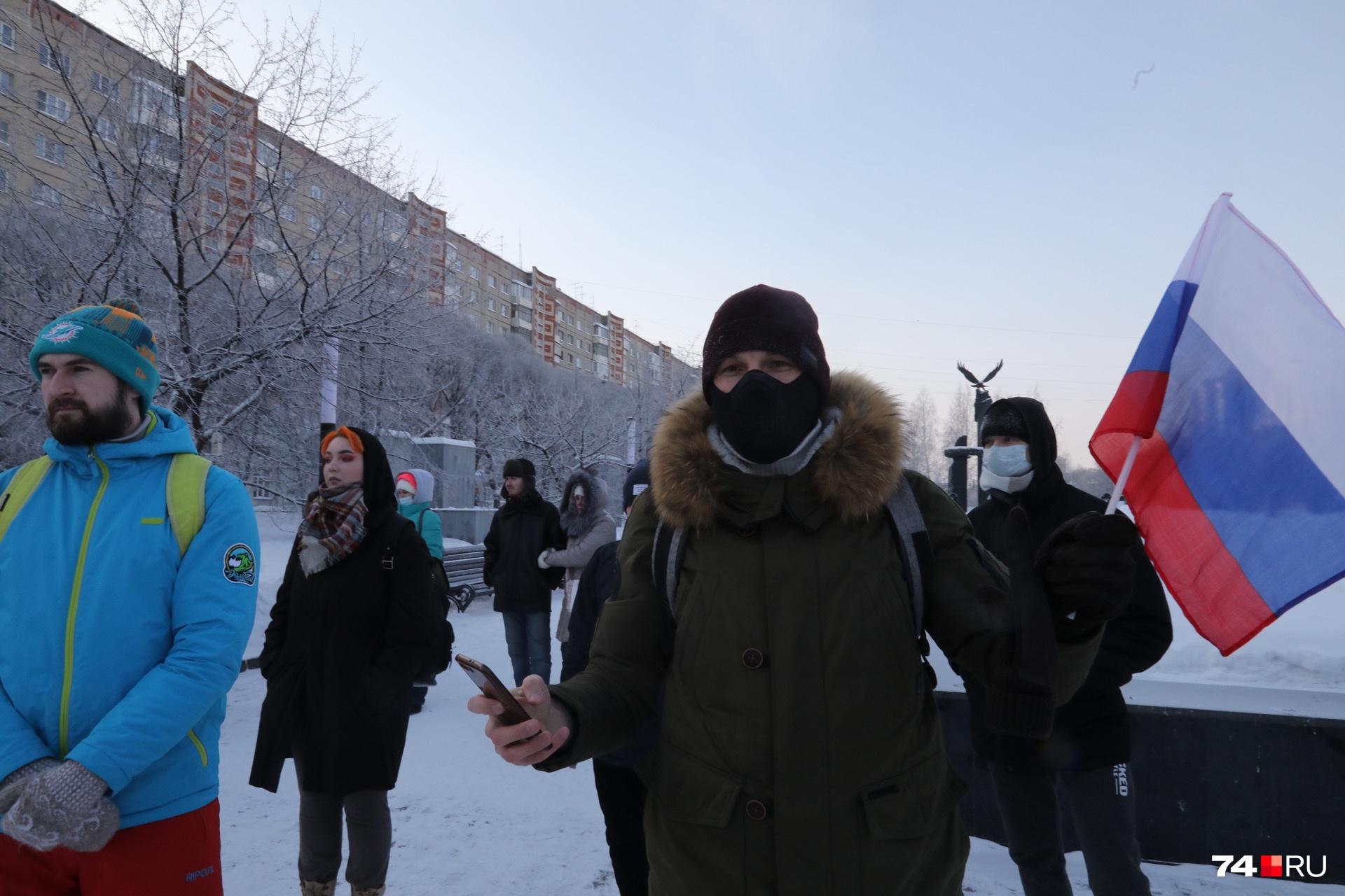 Некоторые активисты пришли на акцию с накинутыми на плечи флагами России