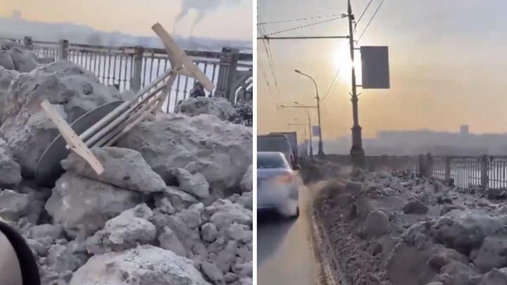 Дорожники почистили Октябрьский мост и свалили грязный снег на обочине