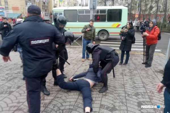 Активисты штаба считают, что для мирных акций уведомлять власти не нужно, но в полиции предупреждают: ответственность будет по закону