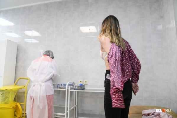 Обязательную вакцинацию ввели уже в ряде регионов России