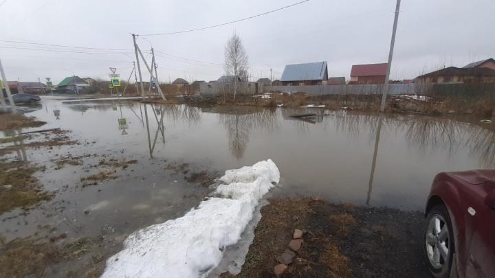 «Четвертый день не можем выйти из дома»: тюменцы жалуются на огромные лужи в районах и селах
