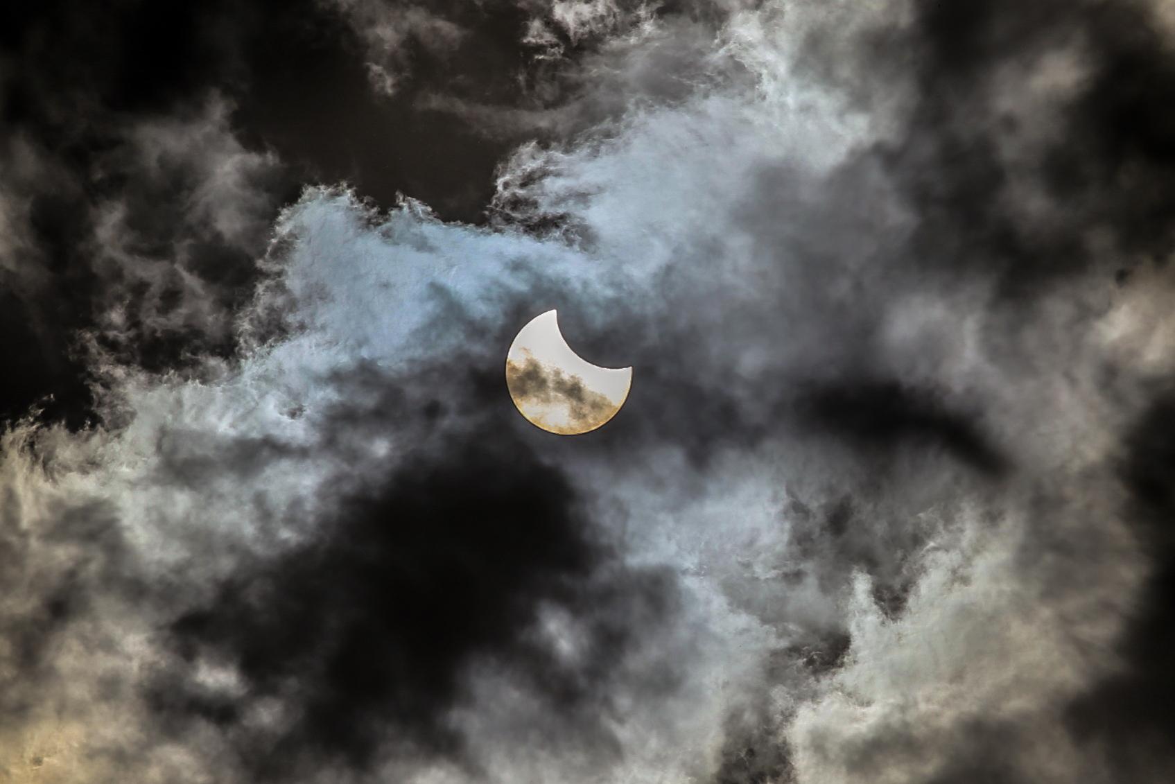 Фото дня. Петербуржцы наблюдают солнечное затмение вживую и онлайн