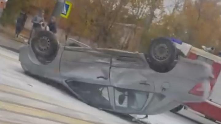 В ДТП с переворотом возле школы в Челябинске пострадал водитель легковушки