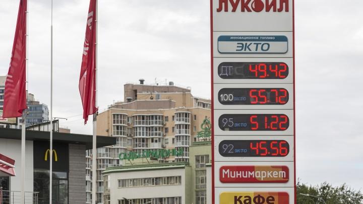 Ущипните, мы спим: в Волгограде снова снизились цены на топливо