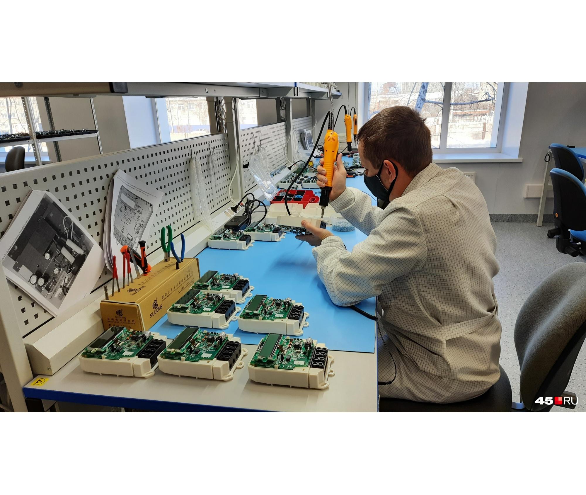 На заводе производят электрооборудование