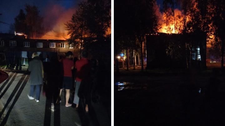 В Нефтеюганске ночью загорелся многоквартирный дом. Пламя охватило несколько подъездов и крышу