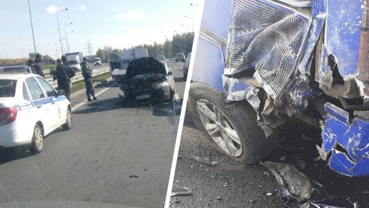 В Ярославле на Юбилейном мосту рейсовый автобус столкнулся с грузовиком и легковушкой