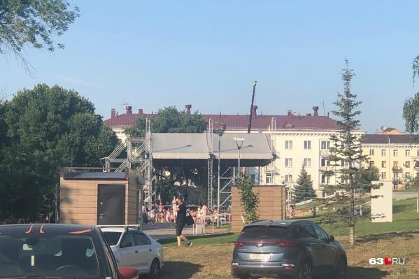 Для гала-концерта фестиваля на склоне у площади Славы смонтировали сцену