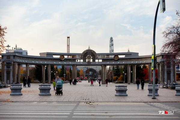 """Цветной бульвар обустроили в начале <nobr class=""""_"""">2000-х</nobr> в качестве подарка города в честь <nobr class=""""_"""">60-летия</nobr> Тюменской области. До этого там был настоящий сад<br><br>"""