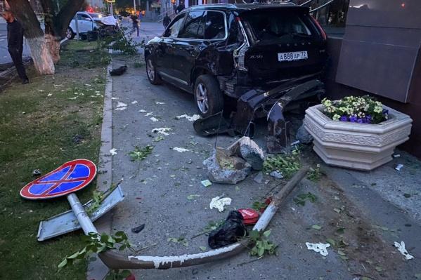 Volvo с подростками отбросило к зданию ШПИ ТюмГУ