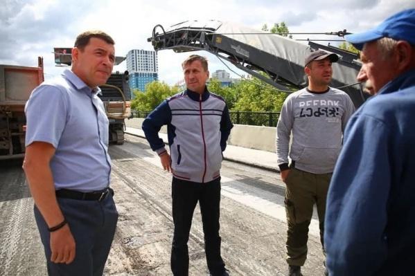 В июле 2021 года Евгений Куйвашев приезжал на мост, чтобы посмотреть, как ведутся работы. Ему не нравилось, что на объекте мало строителей