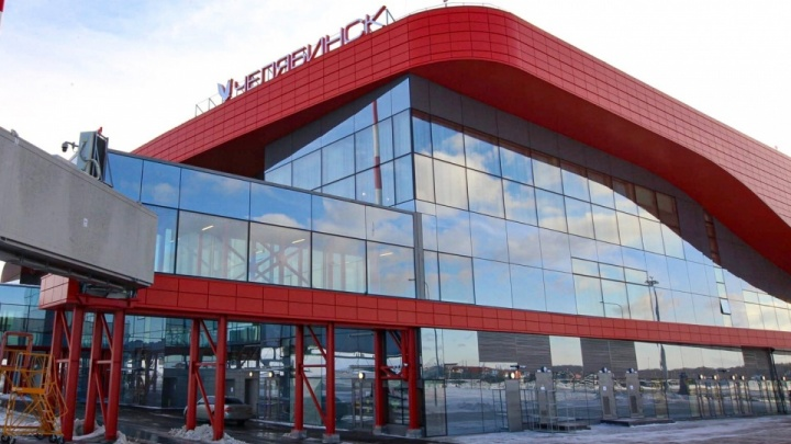 ЧП в аэропорту Челябинска: у самолета на взлетно-посадочной полосе произошла утечка топлива