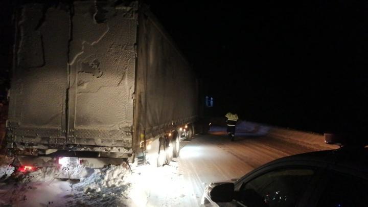 На Урале грузовик, ехавший из Казахстана, застрял на трассе и перекрыл движение на 2 часа