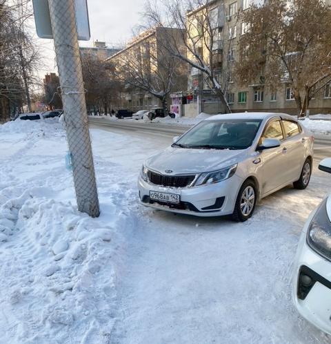 Автомобиль на тротуаре