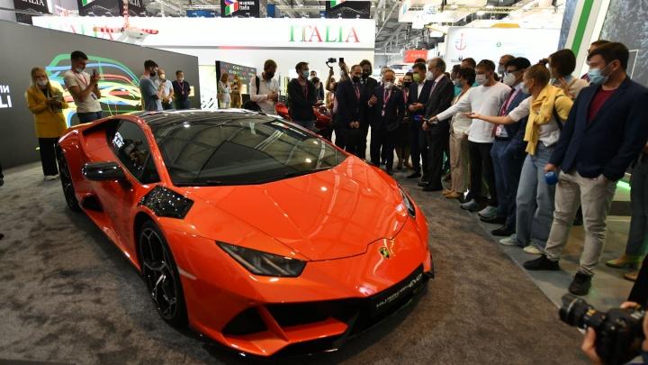 Шикарная Lamborghini, новые троллейбусы и роботы: смотрим самые интересные стенды «Иннопрома»