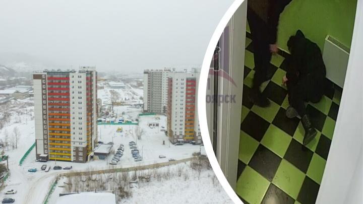 Молодой человек избил девушку в лифте дома на Свердловской: видео