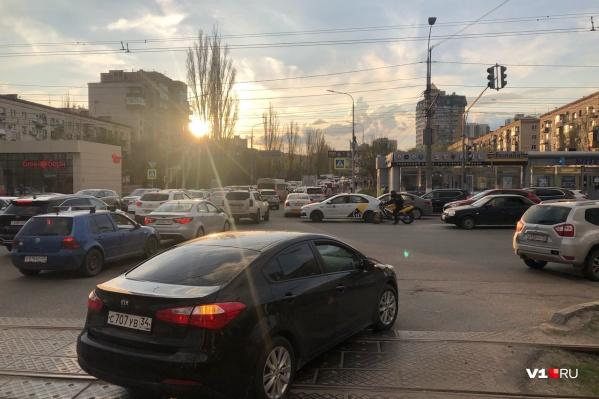 Автомобилисты разруливают порядок движения сами