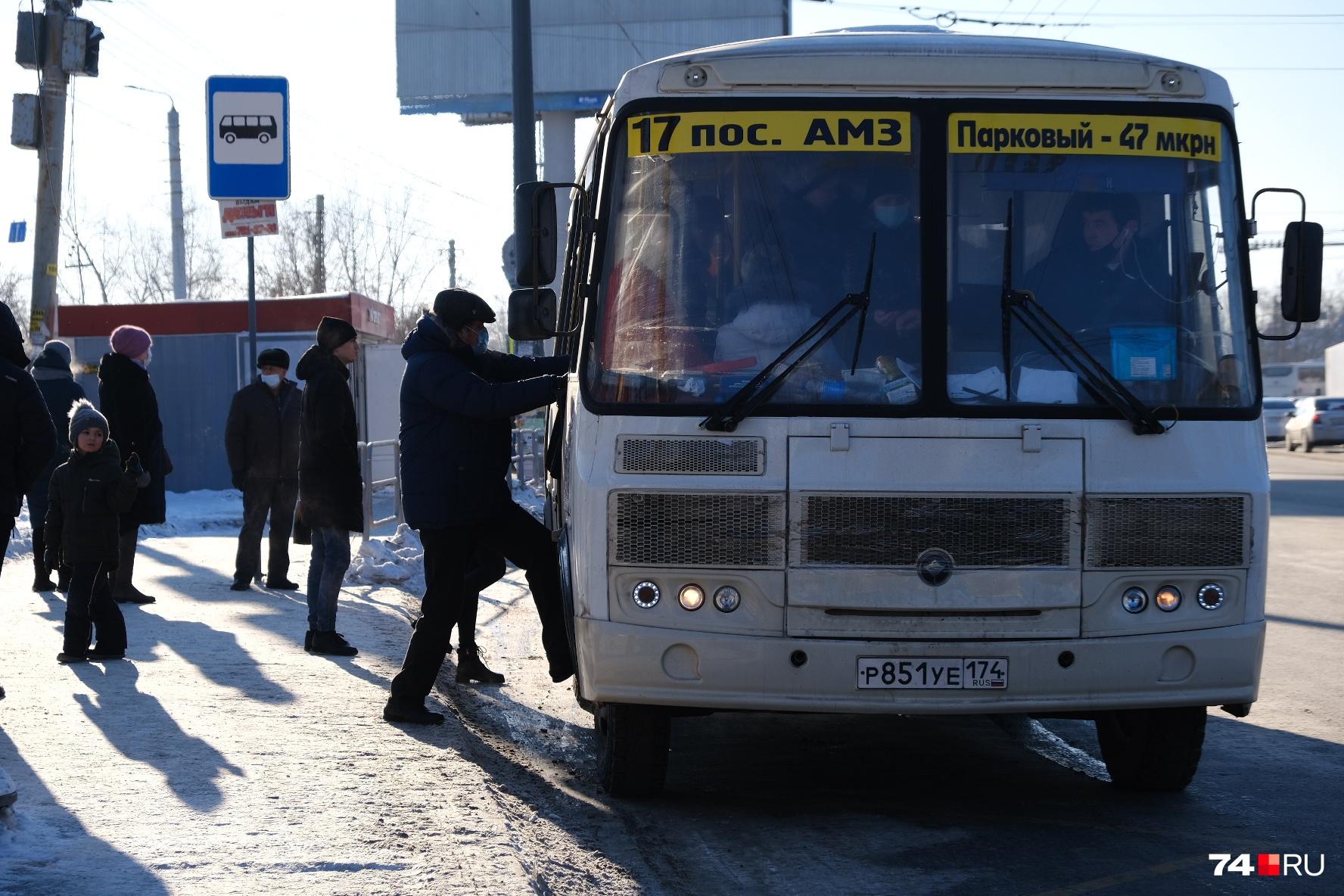 Особенно сложно забираться в таких условиях в высокие автобусы