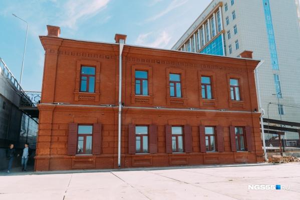 Юго-западный фасад — один из главных в здании