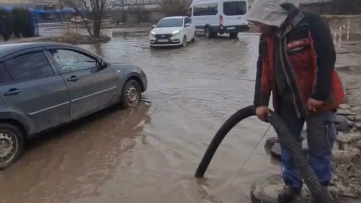 В Волжском из-за бездействия властей предприниматели сами откачивают воду из огромной лужи