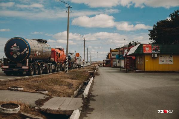 """Тюменец работает техническим специалистом в нефтесервисной компании с иностранным уклоном. Его <nobr class=""""_"""">зарплата —</nobr> <nobr class=""""_"""">200 тысяч</nobr>, иногда даже больше"""