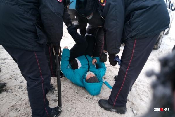 Полиция предупреждала о несогласованности акции, а затем жителей стал задерживать ОМОН