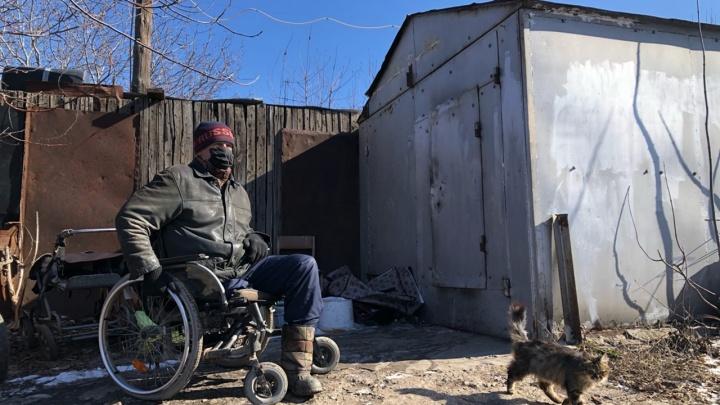 «Меня просто делают бомжом»: в Волгограде чиновники решили снести гараж — единственное жилье инвалида-колясочника