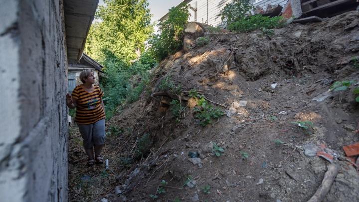 «Однажды меня просто похоронит оползень»: волгоградка 10 лет воюет с соседями за 36 квадратных метров земли