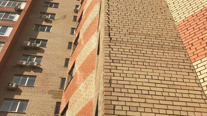 В Уфе рассыпается по кирпичикам 15-этажный дом. В ЖЭУ говорят, что жильцы ничего не делают для его ремонта