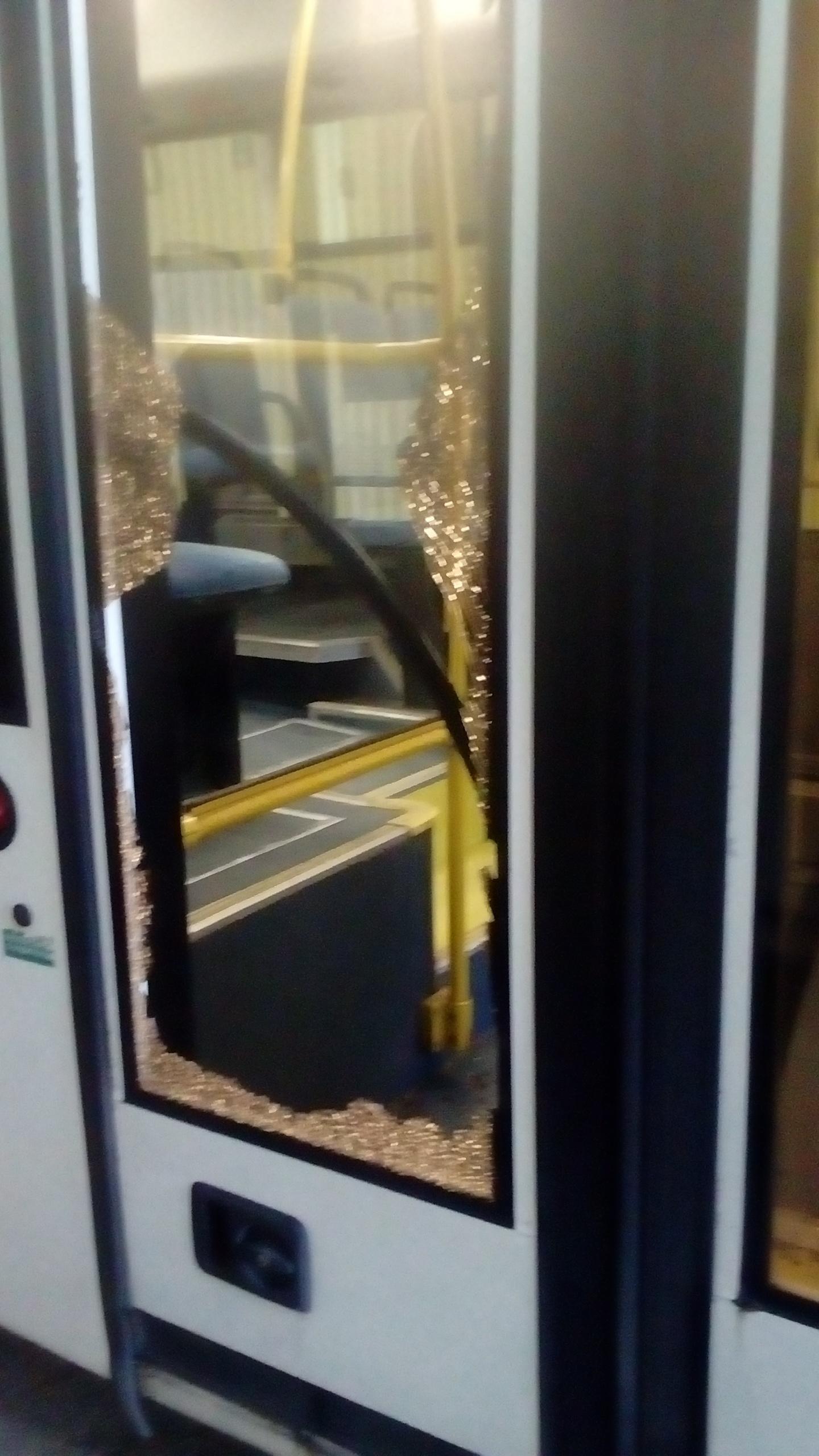 Так выглядела дверь автобуса после выстрела