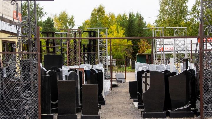 В Омской области школьники порушили на кладбище памятники и облили их краской
