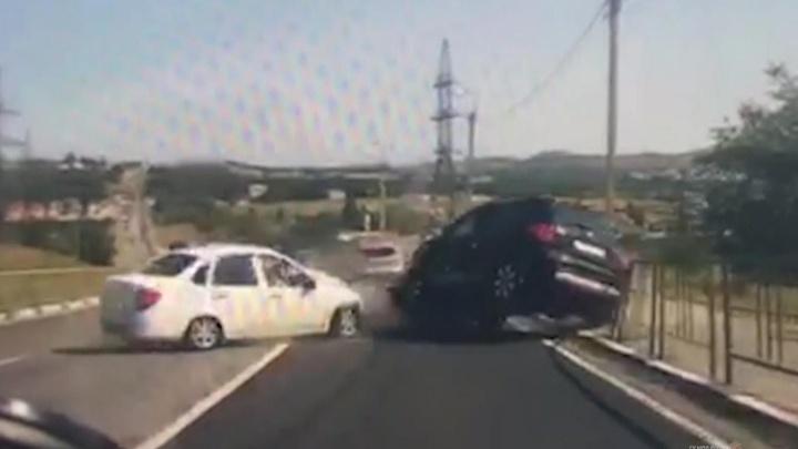 Трое в больнице: лобовое ДТП под Волгоградом попало на видео