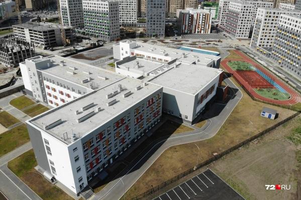 Школа рассчитана на 1200 учеников: младшеклассники, среднее звено и старшие классы. На улице есть дорожка для бега и универсальная площадка для игры в хоккей, волейбол и мини-футбол