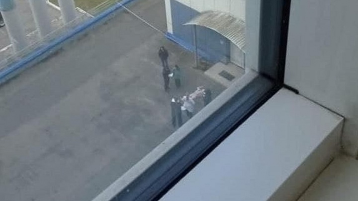 Из окна перинатального центра в Перми выпала девушка