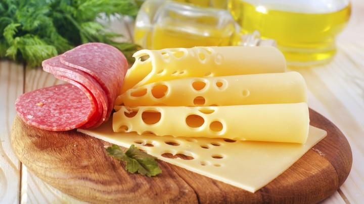 В интернет-магазине «Монетка» сделали скидки до 50% на колбасы, сосиски и сыры