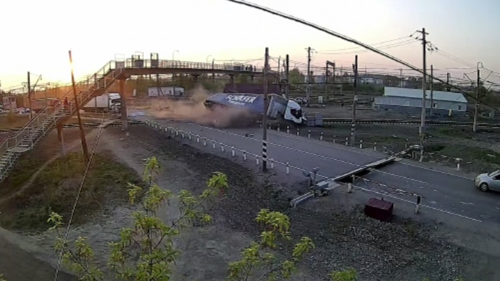 Фура пронеслась сразу за поездом: момент ДТП на переезде в Богдановиче попал на видео