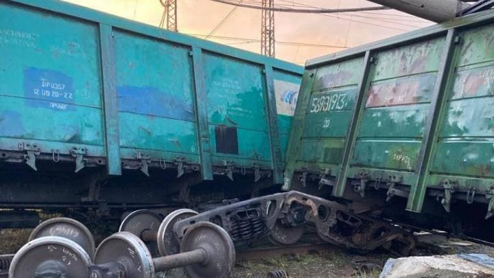 На Урале с рельсов сошел поезд. Два вагона перевернулись