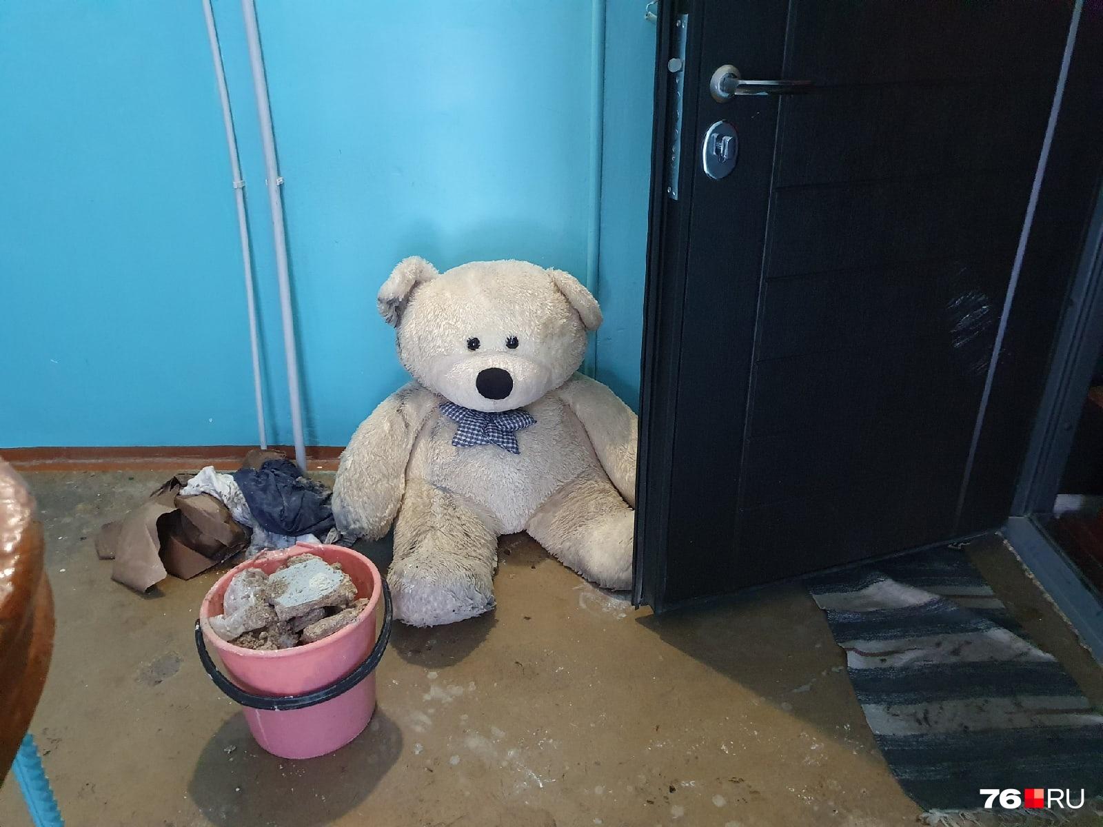 Жильцы подъезда выносят на мусорку испорченные вещи и куски потолка