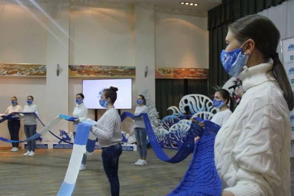 В рамках проекта «Ханты-Мансийск — Новогодняя столица» горожане связали шарф длиной 103 метра