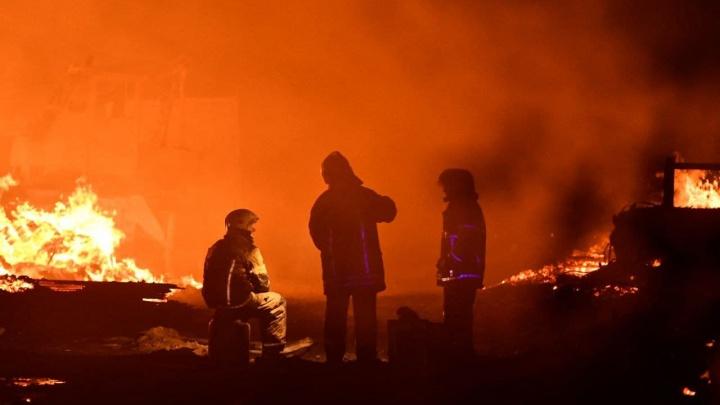 Спустя пять часов пожарные ликвидировали мощный пожар в Екатеринбурге: онлайн