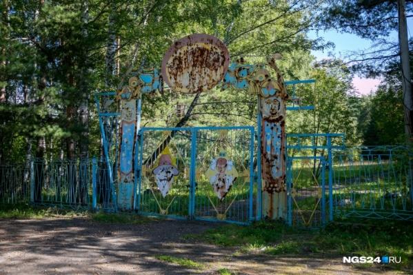 Ворота лагеря покрылись ржавчиной, как и многие другие объекты