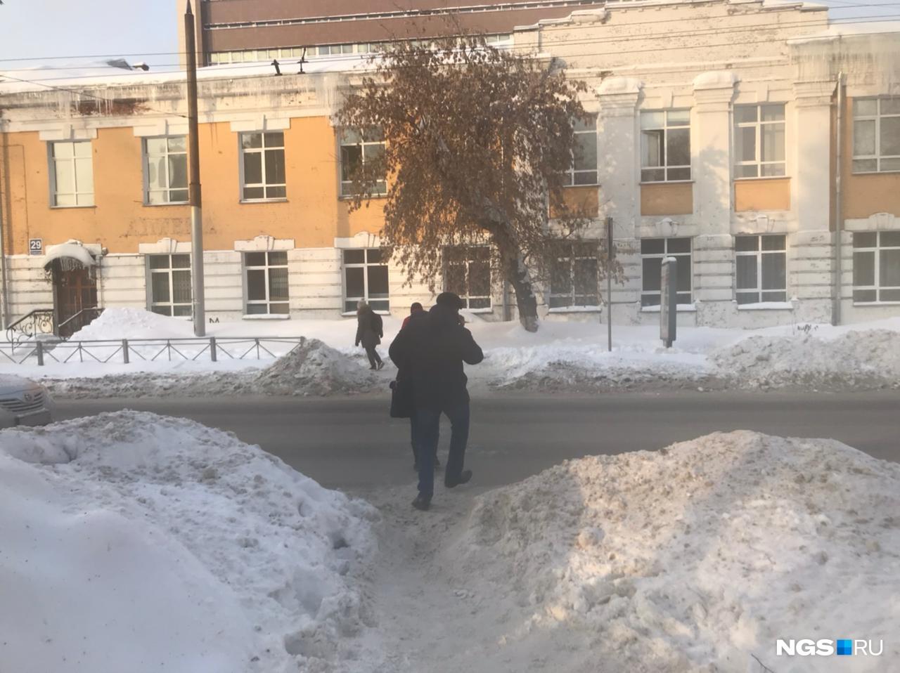 Пешеходный переход возле Первомайского перенесли. Осенью тут забыли сделать пандусы, а зимой — сделать проход в сугробе