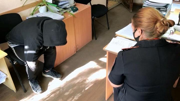 В Екатеринбурге нашли подростка, который прятался от родителей. Его вытащили из-под кровати