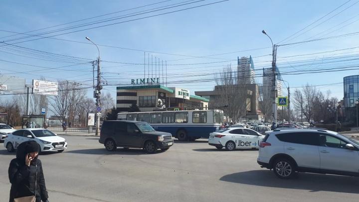 В центре Волгограда троллейбус парализовал оживленный перекресток