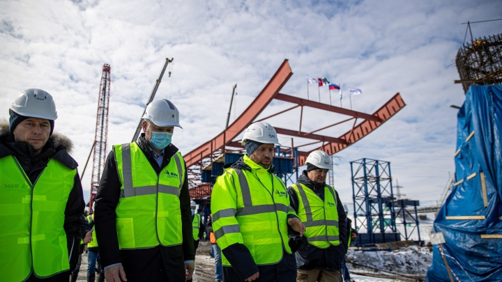 В Новосибирске начали надвигать пролетные строения будущего моста — 12 кадров с грандиозной стройки