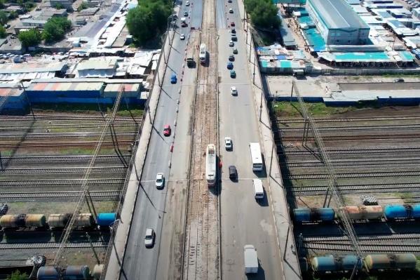 Рабочие ремонтируют дорогу без перекрытия движения