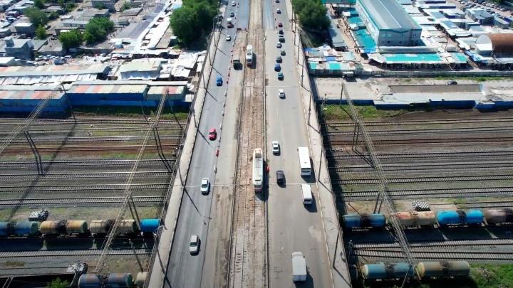 Полосатый путепровод: блогер показал, как идет ремонт моста у Кировского рынка
